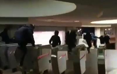 В Харьковском метро подростки устроили массовое перепрыгивание турникетов