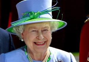Королева Елизавета II впервые нарушила протокол, сфотографировавшись с 7-летней девочкой