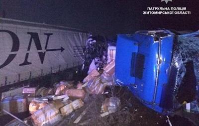 В Житомирской области столкнулись три грузовика, есть пострадавшие