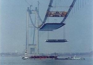 В китайской провинции Сычуань рухнул подвесной мост: 28 пострадавших