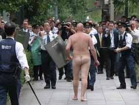 Голый турист в Японии купался у императорского дворца и атаковал полицейских