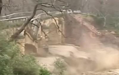 В Греции в прямом эфире упал мост