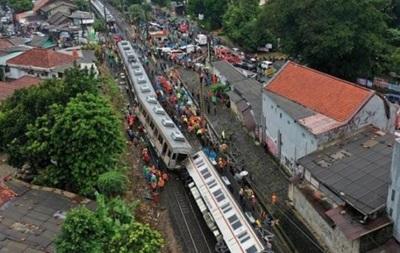 В Індонезії пасажирський потяг зійшов із рейок: десятки постраждалих