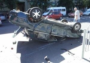 В Днепропетровске Mercedes врезался в Жигули, после чего сбил еще троих пешеходов