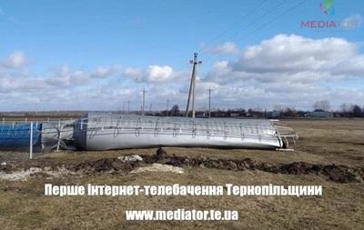 В Тернопольской области из-за ветра упала водонапорная башня