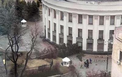 Негода в Україні: дерево, що впало, заблокувало виїзд із Ради