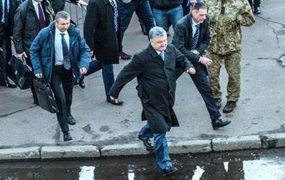 У Мережі обговорюють фото втечі Порошенка з мітингу в Житомирі