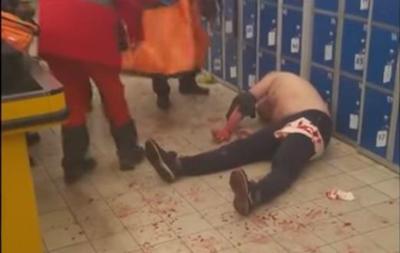 В Харькове мужчина порезал себе вены в супермаркете
