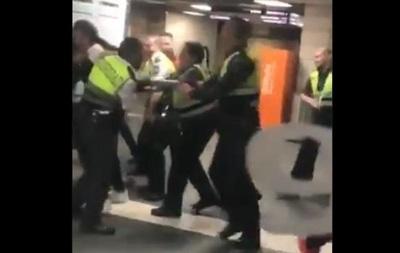 У метро Барселони охоронці побили пасажира