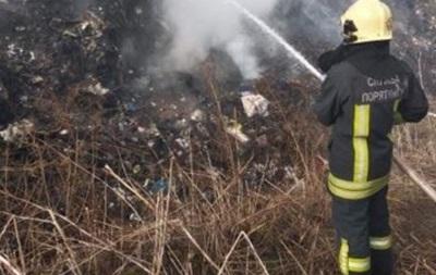 У Київській області майже добу гасили пожежу на звалищі