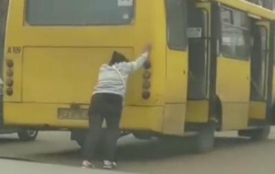У Черкасах жінка сама штовхала маршрутку