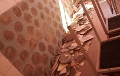 В школе под Киевом на ученика упала плитка с цементом