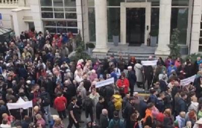 Под офисом Зеленского собралась толпа людей