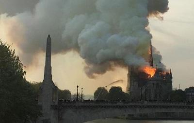 В соборе Парижской Богоматери сильный пожар