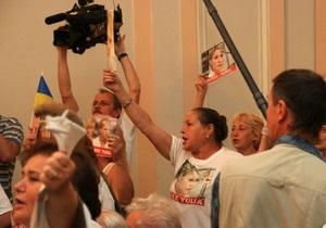В здании суда, где слушалось дело Тимошенко, произошла стычка между ее противниками и сторонниками