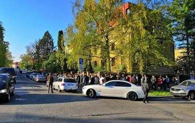 У Празі українці вишикувалися в чергу до відкриття виборчої дільниці