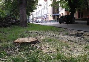 Я-Корреспондент: В центре Киева возле офиса Партии регионов спиливают старые каштаны