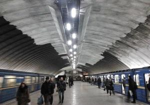 Станция метро Осокорки возобновила работу, запах дыма ощущается до сих пор