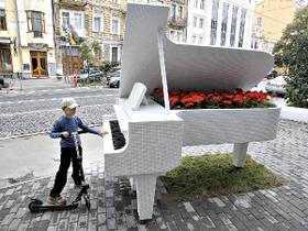 В центре Киева установили бутафорский рояль, который играет Шопена