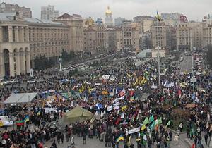 Ъ: Митингующим на Майдане помогают киевские торговцы и нардепы