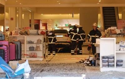 В Гамбурге автомобиль въехал в ТЦ: девять пострадавших