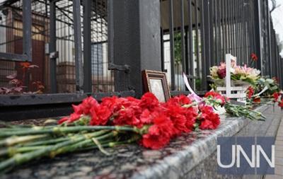 Киевляне несут цветы к посольству РФ в память о жертвах в Шереметьево