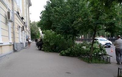В Киеве автомобиль сбил двух женщин на тротуаре