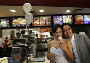 Двое мексиканцев отпраздновали свадьбу в McDonald s, а пара из Британии отыграла свадьбу 85 раз