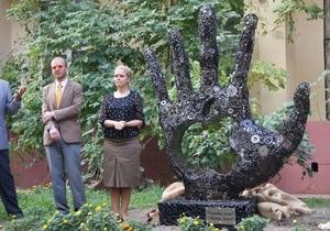 В Одессе открыли памятник по случаю годовщины смерти Стива Джобса