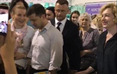Зеленському подарували книгу Політика для початківців