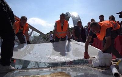 Кличко показав, як ремонтують скляний міст