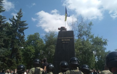 Протести в Харкові: Знесли пам ятник Жукову