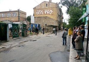 Новости Киева - незаконные стройки: Киевляне штурмом взяли территорию строительства на Десятинном переулке
