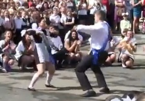 В ногу со временем. Луганские выпускники показали альтернативу классическому вальсу