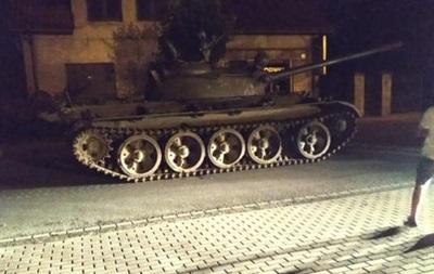 Мужчина угнал советский танк игрубо «вторгся» вцентр города