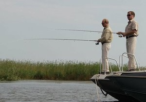 Медведев и Путин вместе порыбачили и прогулялись по берегу Волги