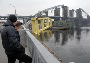Фотогалерея: Не выстоял. В Киеве упал плавучий кран-гигант Захарий