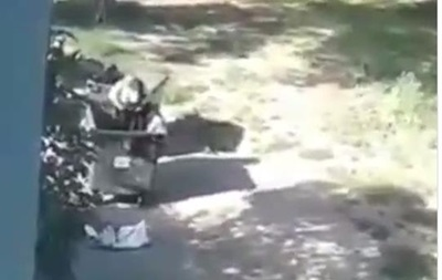 Жінка влаштувала примірювальну в сміттєвому баку