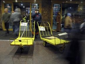 СМИ: На вокзале в Киеве пассажиры симулируют болезнь, чтобы сдать билеты без очереди