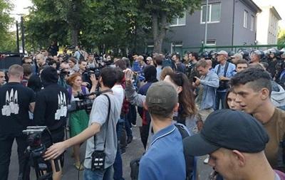 У ході протестів біля будівлі NewsОne напали на журналіста