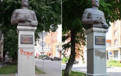 У Полтаві обмалювали пам ятник Ватутіну