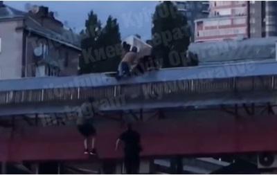 У центрі Києва чоловік побився з поліцейськими на даху ринку