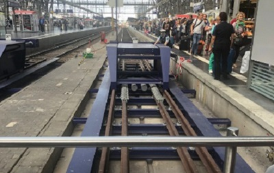 В Германии мужчина толкнул женщину и ребенка под поезд