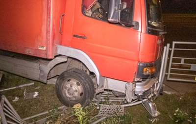 У Києві водій вантажівки помер за кермом і в їхав у паркан