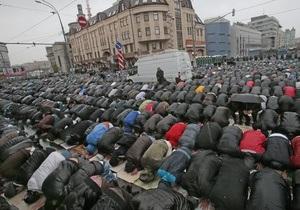 В Москве десятки тысяч мусульман провели намаз по случаю Ураза-байрам