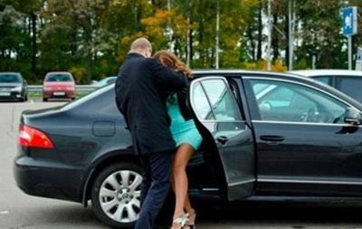 У Києві викрали жінку і повезли в машині