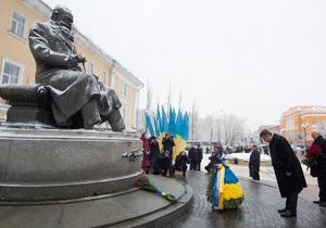 День Соборности  -Янукович возложил цветы к памятникам Шевченко и Грушевского в честь Дня Соборности