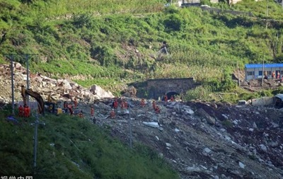 У Китаї обвалилася скеля: десятки зниклих