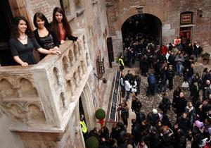 Власти Вероны будут штрафовать туристов на 500 евро за письма под балконом Джульетты