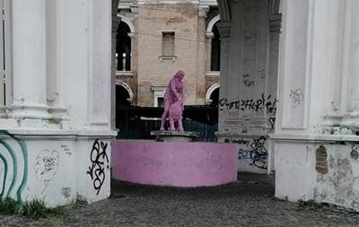 Памятник Самсону в Киеве покрасили в розовый цвет
